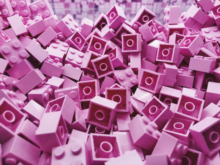 Dzieci w różnym wieku uwielbiają się bawić klockami Lego