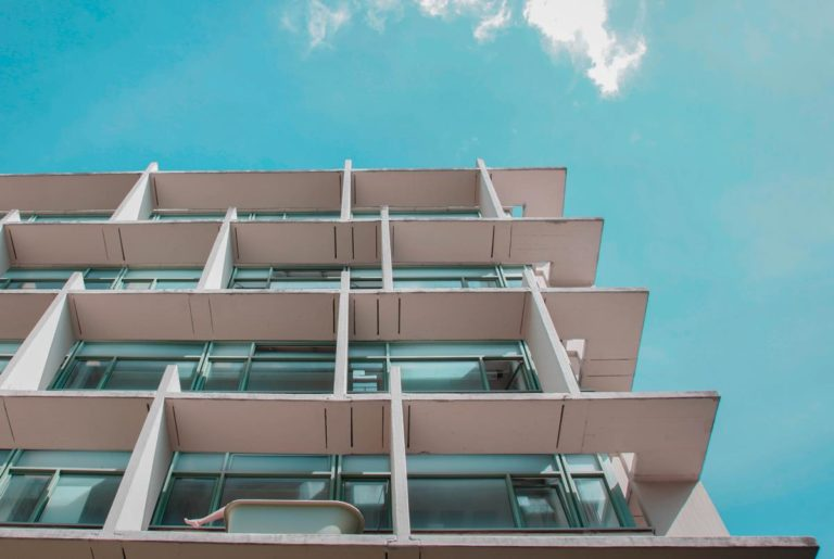 Jak wybierać osłony do wykorzystania przy barierkach balkonowych?