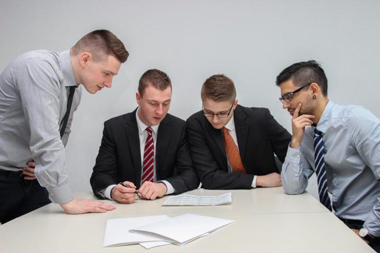 Czy warto korzystać z usług firm zajmujących się doradztwem finansowym