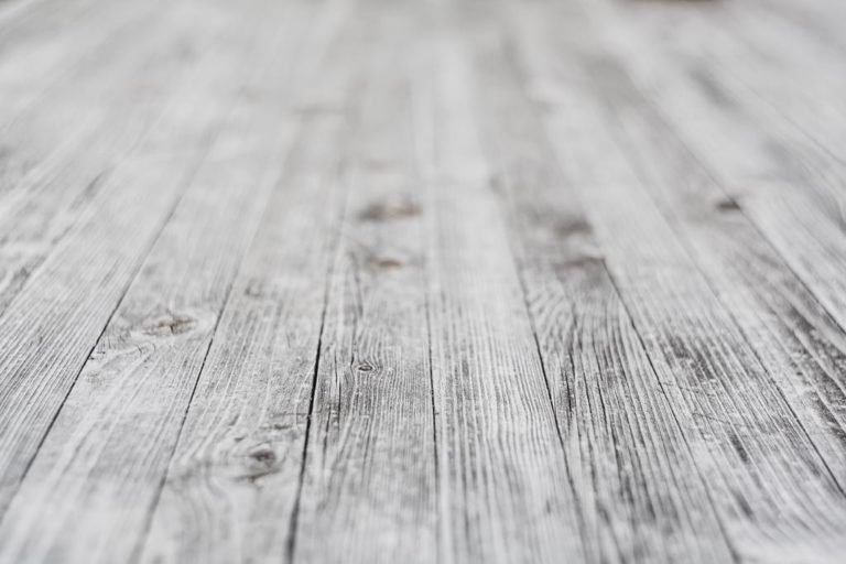 Naturalne drewno to odpowiedni materiał na eleganckie podłogi
