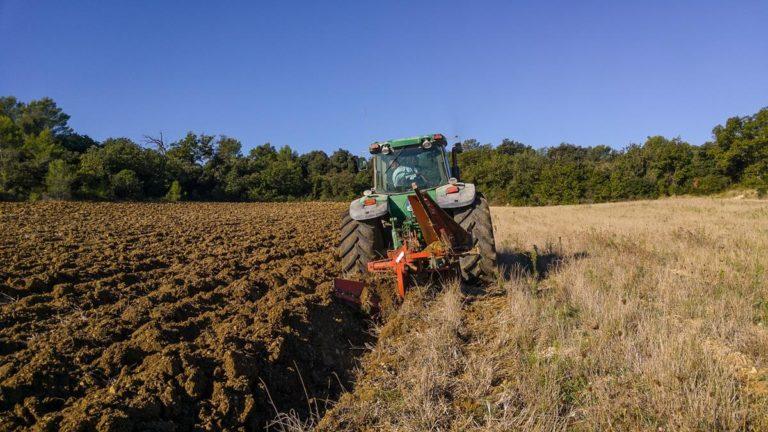 Jak zadbać o prawidłowe działanie maszyn rolniczych?